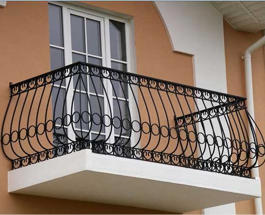 Балкон выступает за фасад здания.